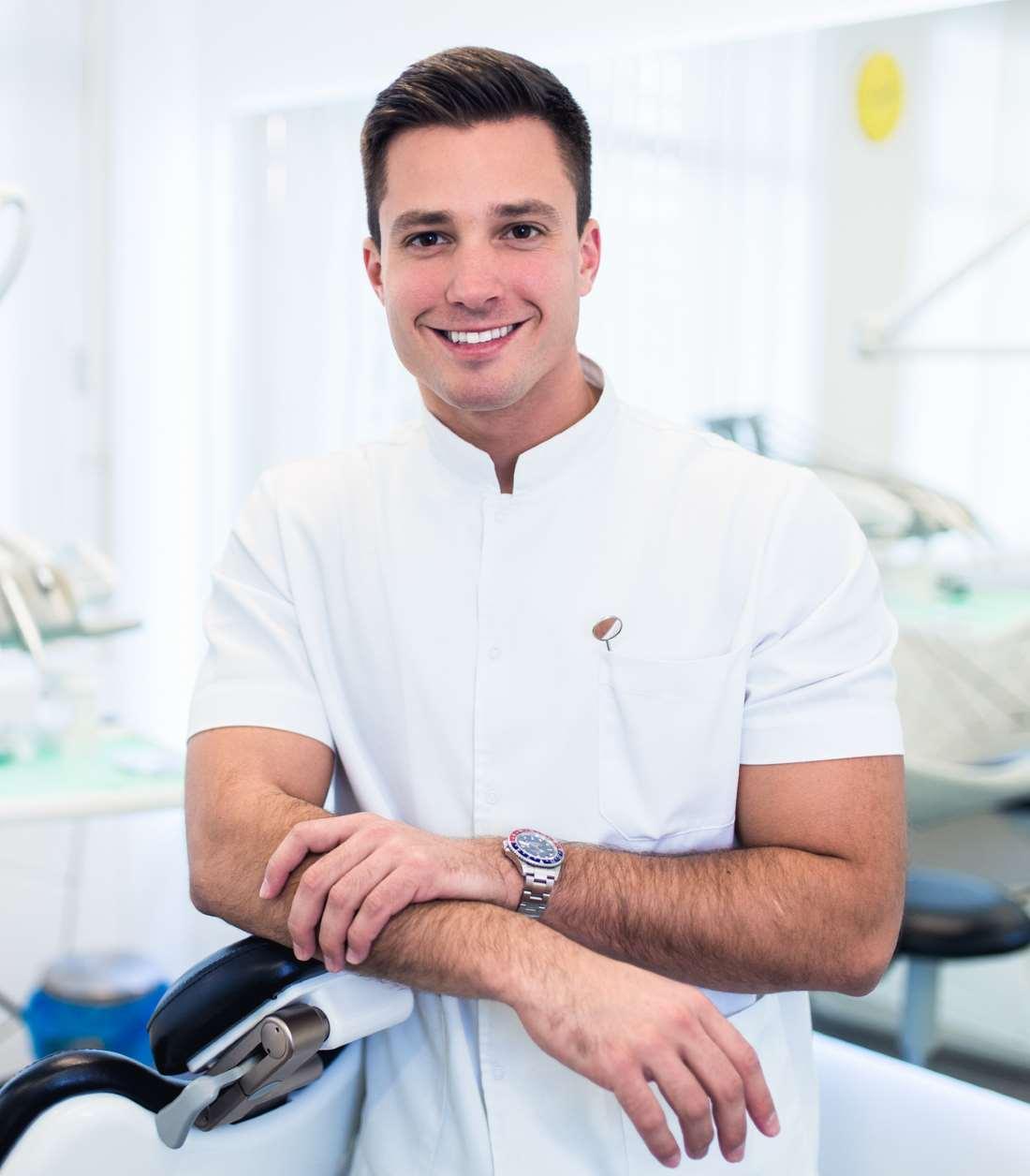 Junger Zahnarzt